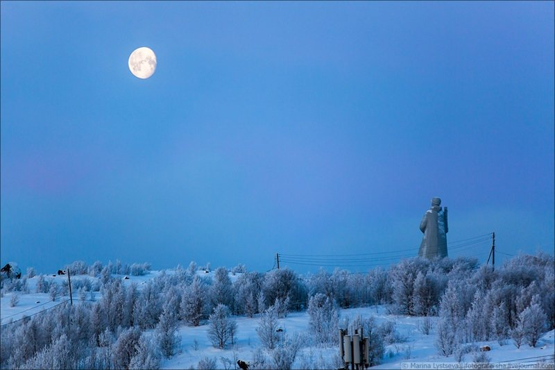 Алёша, луна и мороз -18: фотопрогулка по зимнему Мурманску