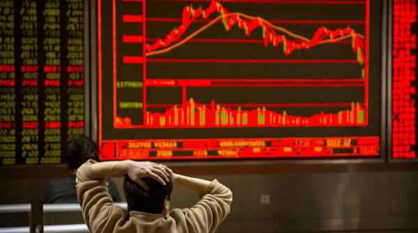Рубль падает по отношению к …