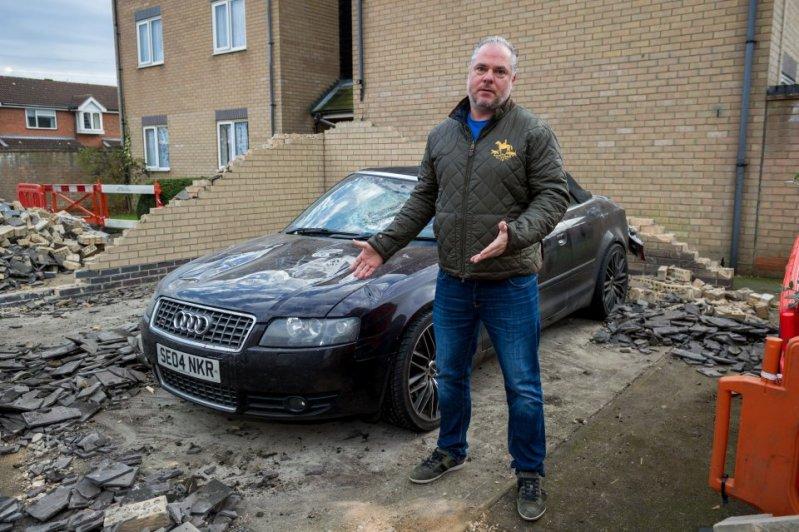 Мусоровоз обрушил крышу на припаркованный Ауди