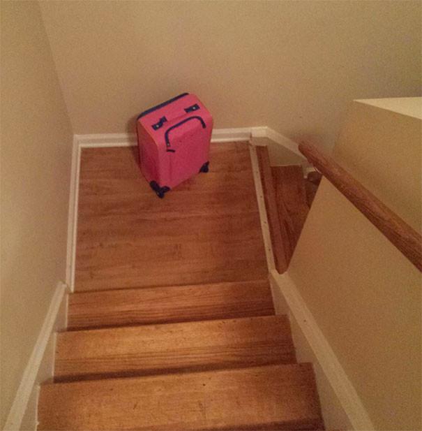 Обидевшийся чемодан парейдолия, похоже да не то же, похоже на лицо