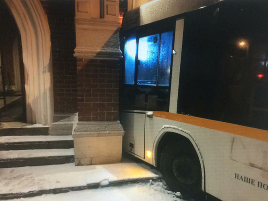 Автобус на полном ходу вреза…