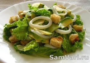 вкусный салат из кальмаров и авокадо