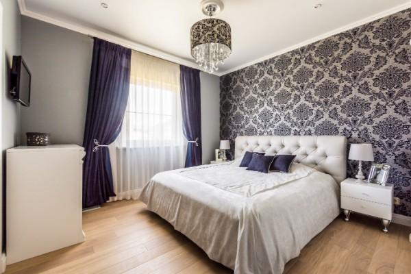 сочетание цветов в интерьере спальни серо-белый дизайн с фиолетовыми акцентами