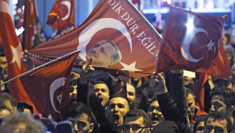 Эра дип. скандалов: Голландия не пускает турецких министров, Турция блокирует голландские консульства