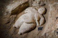 Исследователи нашли затейную фигурку женщины возрастом в 10000 лет.