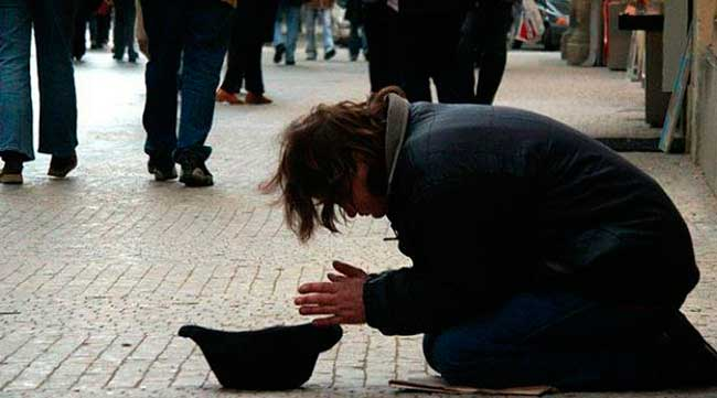 Мальчик держал в руках табличку со словами: «Я слепой, пожалуйста, помогите!» Тут к нему подошел мужчина и сменил надпись