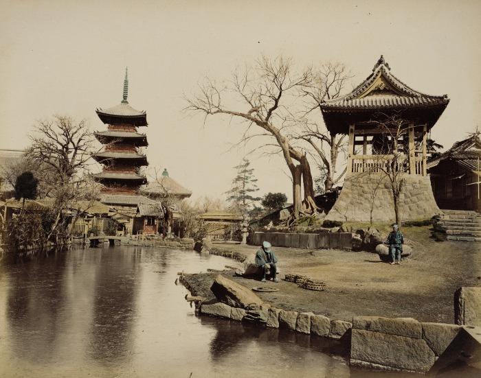 На массивной крыше наиболее древнего буддийского храма, жемчужины японской столицы, красуется длинный шпиль.