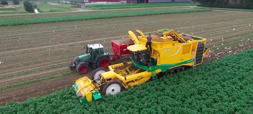 Захватывающие кадры сбора урожая картофеля комбайном PLOEGER AR-4BX в Нидерландах