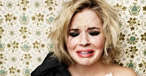 Жена вернулась домой и обнаружила 2 пары ног, торчащих из-под одеяла