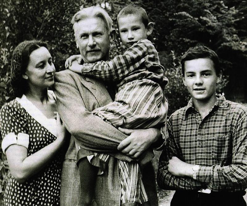 1002 Александр Фадеев и Ангелина Степанова с сыновьями Сашей и Мишей.jpg