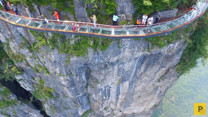 «Извивающийся дракон» - стеклянный мост над бездной в Китае