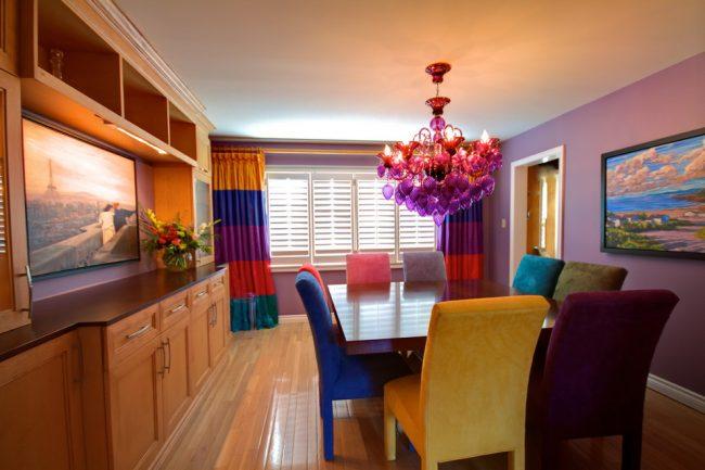 Шторы, пошитые из цветных полос, в интерьере гостиной