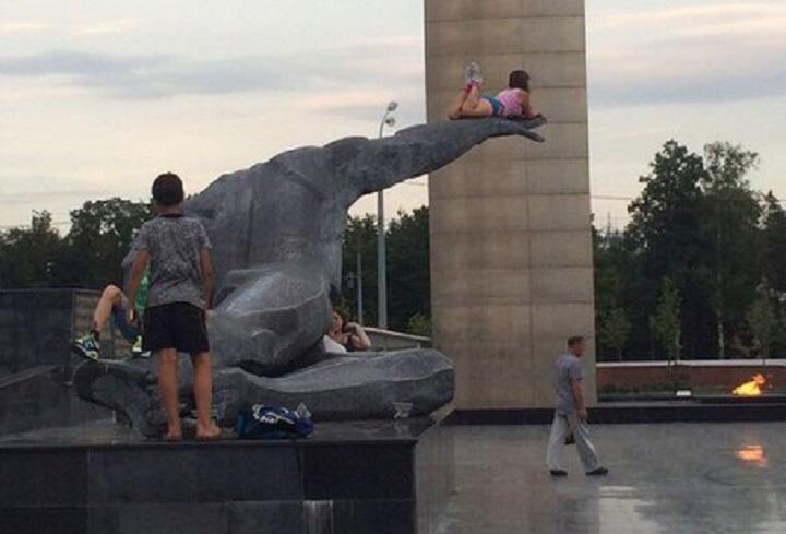 Девочка, залезшая на памятник Неизвестному солдату в Казани, расколола Интернет