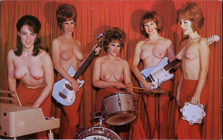 Голые девушки поют фото