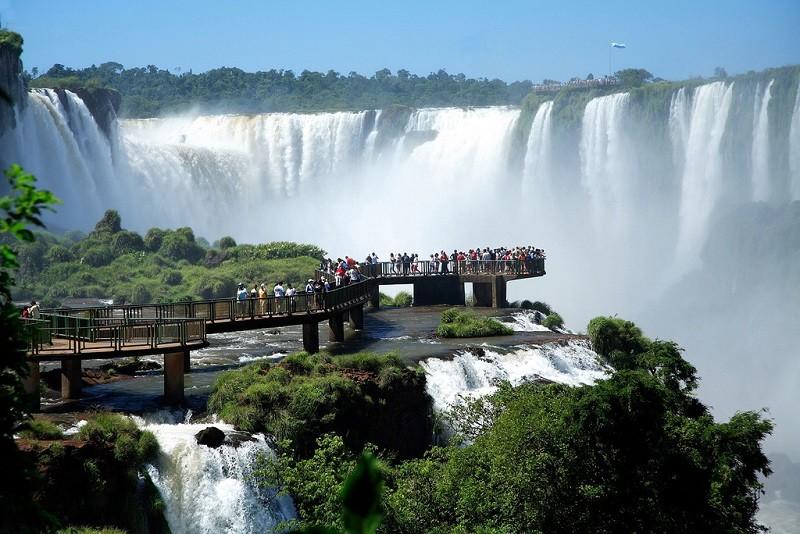 Водопады образовались после сильного вулканического извержения, в результате которого в земле образовалась большая расщелина. Возраст базальтовых отложений, сформировавшихся вследствие затвердевания лавы, составляет около 130-140 млн лет. аргентина, бразилия, водопады