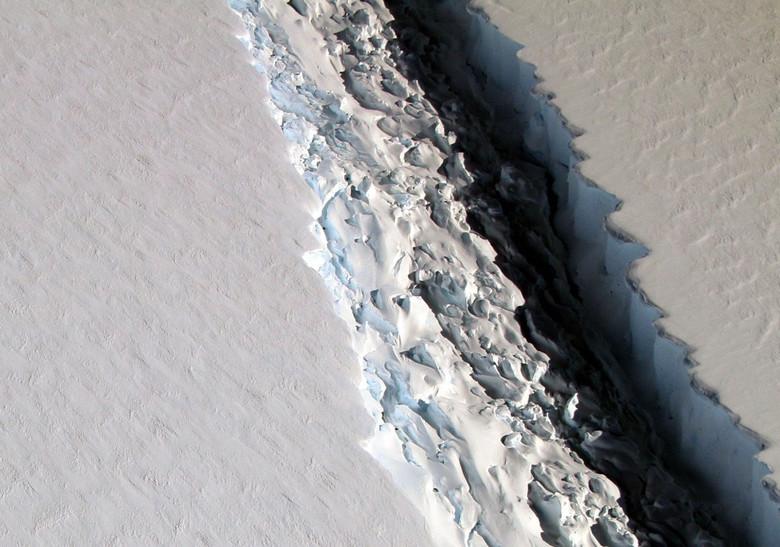 НАСА обнаружило огромную стокилометровую трещину в Антарктиде