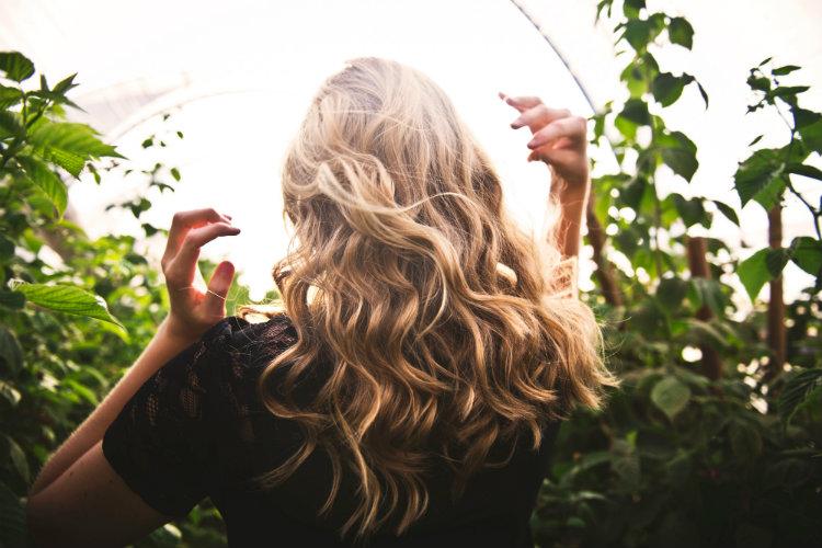 Без права на выгорание: как защитить окрашенные волосы летом