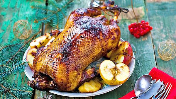 Утка в вишневом соусе, свинина с яблоками, карп в вине и еще 7 горячих блюд для новогоднего стола