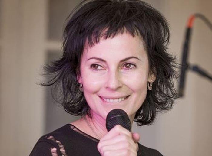 Артистка на сцене | Фото: uznayvse.ru