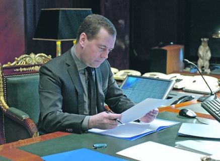 Медведев: Граждане Украины не смогут больше работать в России