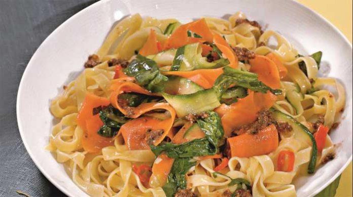 Ароматные феттучини со сливочным соусом и овощами