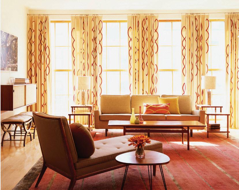 Гостиная в желто-бардовых тонах