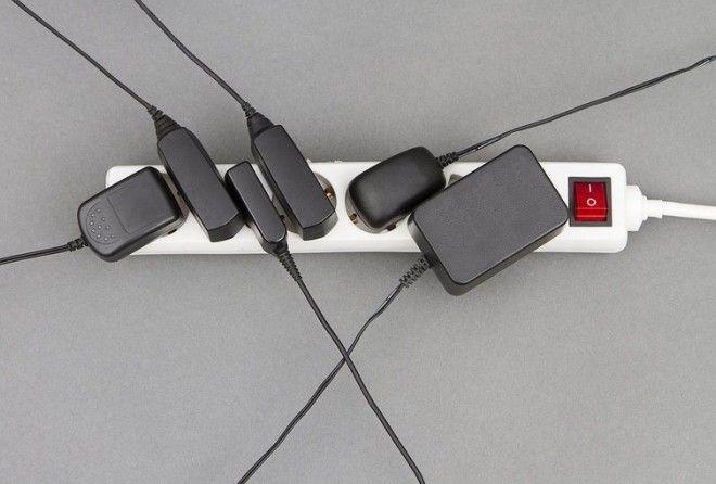 Нужно ли отключать зарядные устройства?