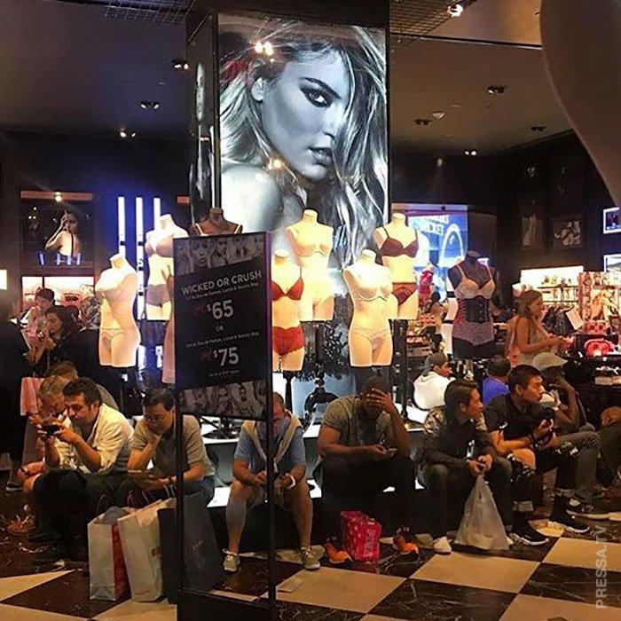 Смешные фотографии мужчин, ожидающих женщин в магазине