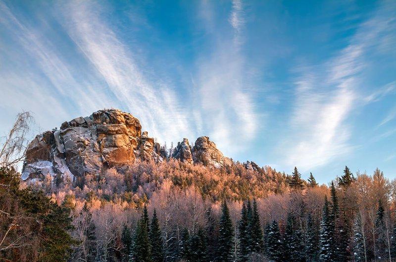 Кордон Нарым, скала Второй Столб и Митра (слева направо). Заповедник «Столбы», Красноярск зима, красота, природа, россия, фото