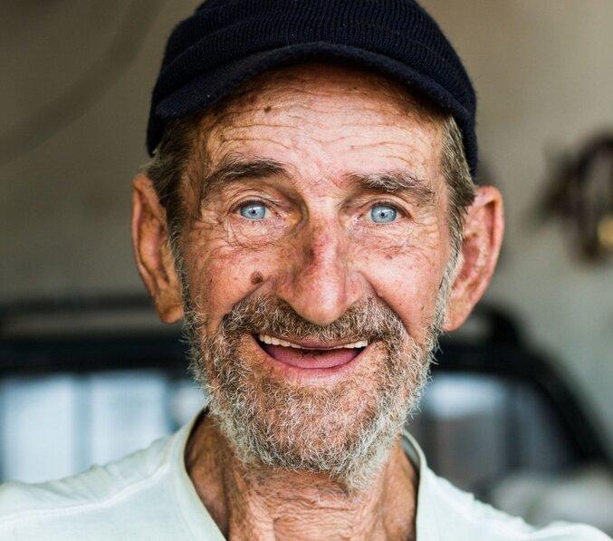 Как наглый деревенский старик с меня деньги требовал за невыполненную работу.