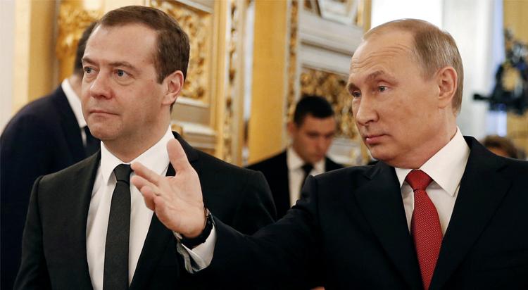 Хуже Медведева для Путина лучше нет. Почему Путин горой за худого премьера?