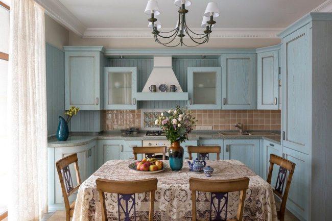 Кухня в стиле кантри с угловой мойкой и тумбой