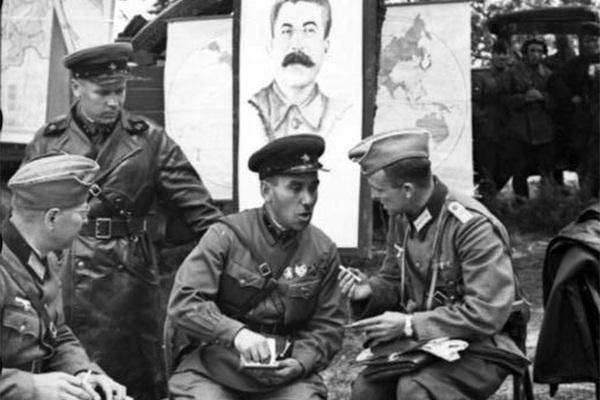 Зачем Сталин подружился с Гитлером и устроил парад Красной армии с вермахтом