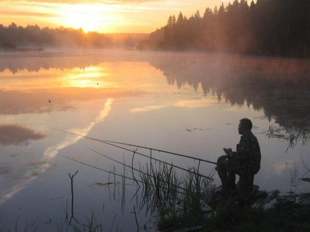 рыбак рыбака с поплавком на реке