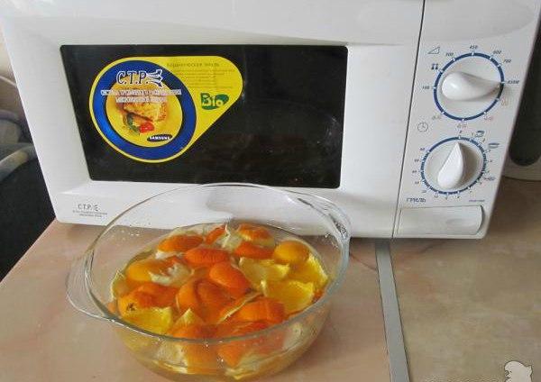 Очищаем микроволновку апельсиновыми корками