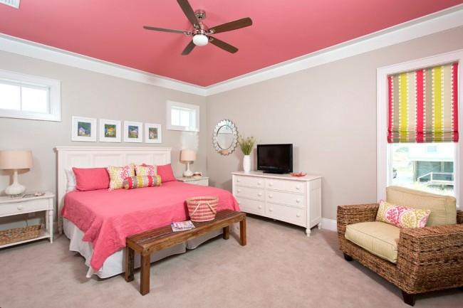 Розовый потолок смотрится очень ярко и интересно