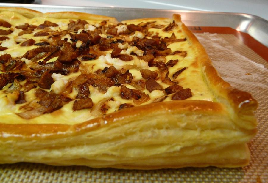 слоеное тесто с беконом и сыром
