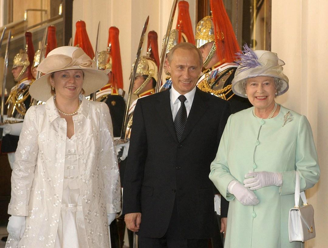TAS 56.LONDON, GREAT BRITAIN, June 24 Russian President Vladimir Putin (C) with his wife Lyudmila (L) pictured being welcomed by Queen Elizabeth II at the Buckingham Palace,on Tuesday. (Photo ITAR-TASS/ Alexey Panov) ----- ÒÀÑ 58 Âåëèêîáðèòàíèÿ. Ëîíäîí. 24 èþíÿ. Ïðåçèäåíò Ðîññèè Âëàäèìèð Ïóòèí (íà ñíèìêå â öåíòðå) è Ëþäìèëà Ïóòèíà (ñëåâà), ïðèáûâøèå ñåãîäíÿ ñ ãîñóäàðñòâåííûì âèçèòîì â Âåëèêîáðèòàíèþ, ñ Êîðîëåâîé Âåëèêîáðèòàíèè Åëèçàâåòîé II (ñïðàâà) â Áóêèíãåìñêîì äâîðöå. Ôîòî Àëåêñåÿ Ïàíîâà (ÈÒÀÐ-ÒÀÑÑ)