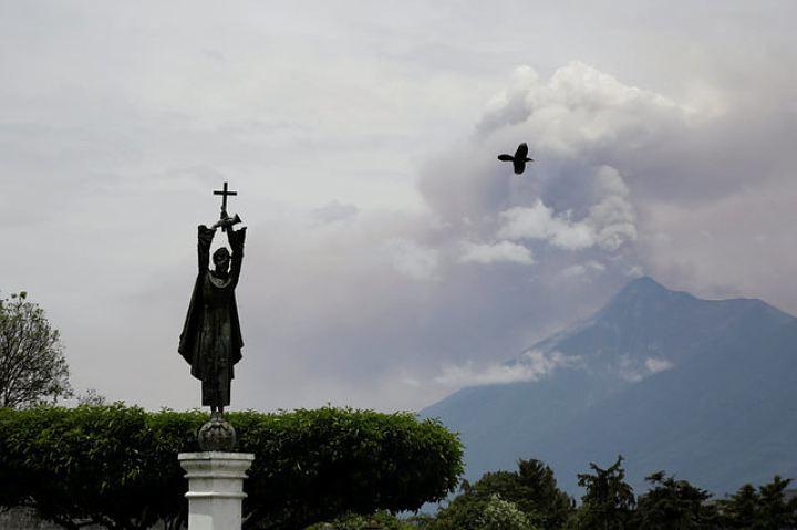 В Гватемале извергается вулкан Фуэго, власти эвакуируют людей