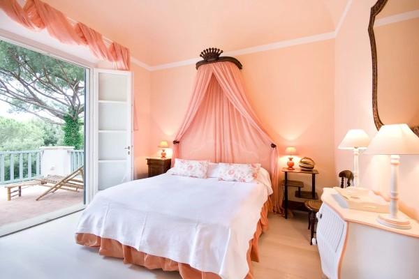 сочетание цветов в интерьере спальни бежевый с персиком и белым