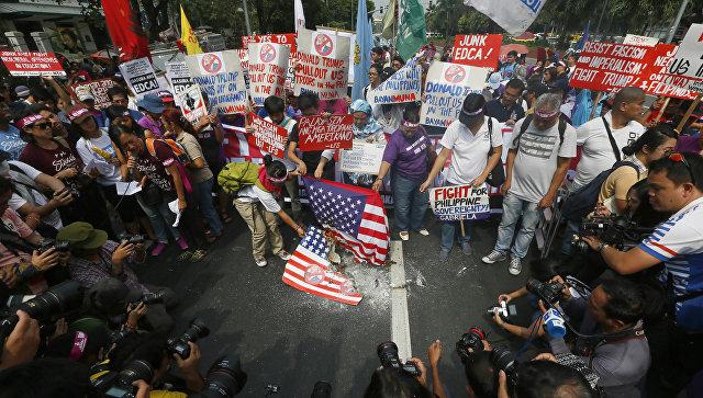 Протестующие на Филиппинах сожгли американский флаг у посольства США