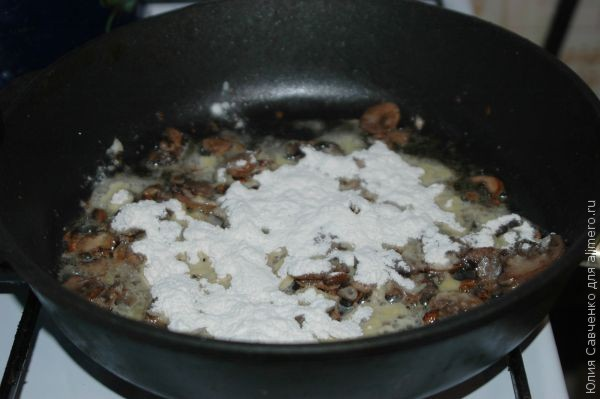 Запеченная свинина с двойным сыром и грибным соусом