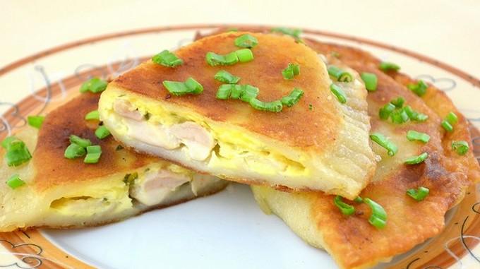 Жареные пирожки с курицей и сыром