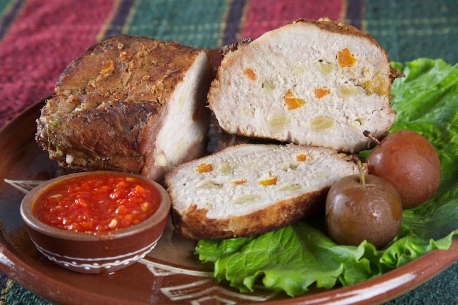 Мясо, шпигованное чесноком и морковью