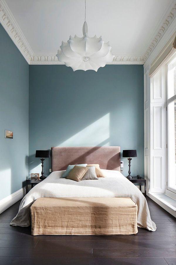Уютная спальня со стенами, окрашенными в приятный оттенок синего цвета