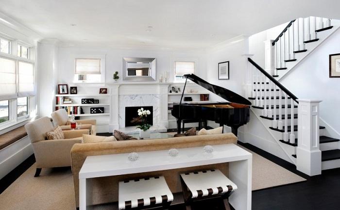 Интересный стол, стулья разместились рядом с диваном - отличная композиция для оформления комнаты.