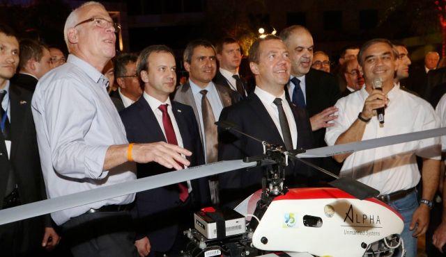СМИ: Медведеву подарили в Израиле беспилотник без пульта управления