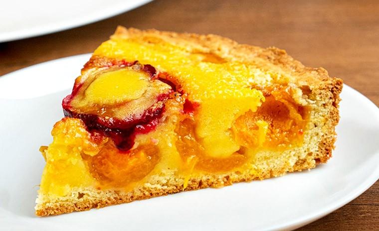 Пирог с абрикосами и сливами