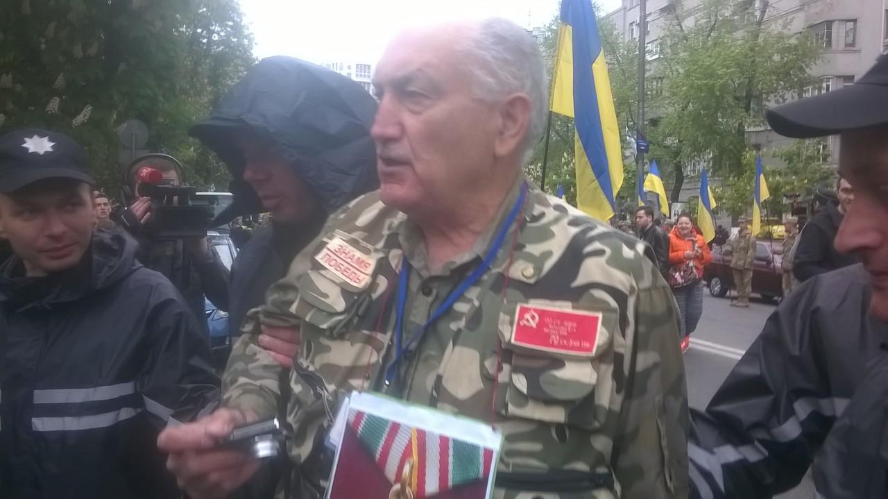 Срочно! На «Бессмертный полк» в Киеве нападают нацисты. Полиция задерживает людей с советской символикой
