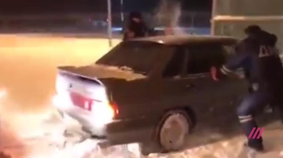 Гайцы-молодцы: Водитель въехал в терминал аэропорта Казани и проехал насквозь
